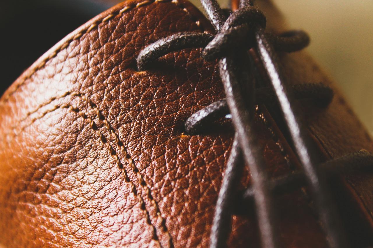 Wiązanie buta ze skóry