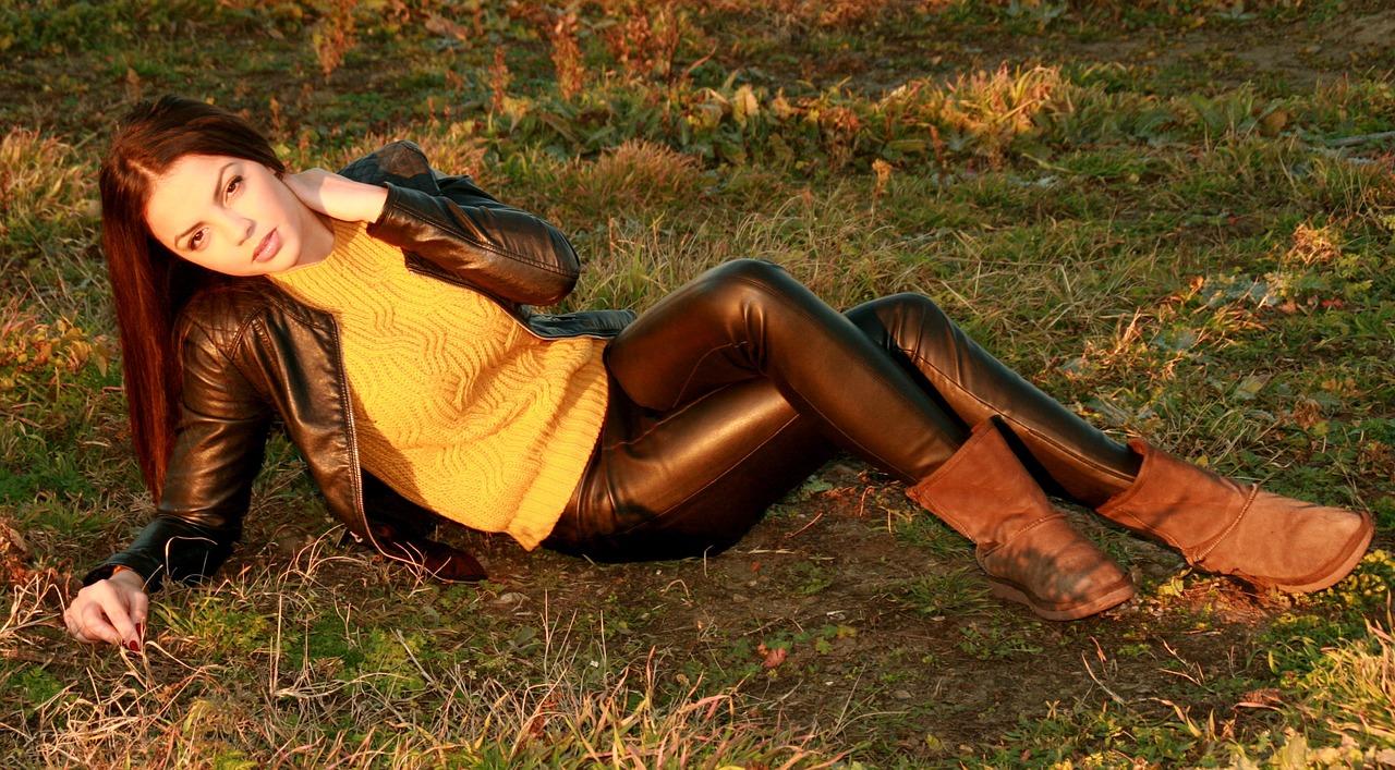 Kobieta w skórzanej kurtce i spodniach ze skóry